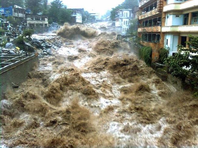Вода Наводнения и цунами Самые значимые наводнения Новая эра  Пакистан 2011 Вода в городе Сопротивление бесполезно