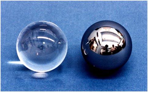 Кварцевый шарик-ротор в исходном виде (слева) и покрытый ниобием